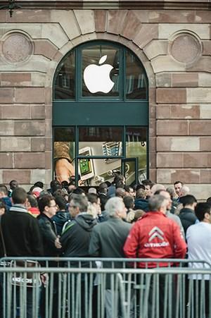 bigstock-Apple-Starts-Iphone--Sales-Wi-72223027-300px