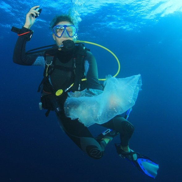 Scuba diver cleans up plastic 113932319